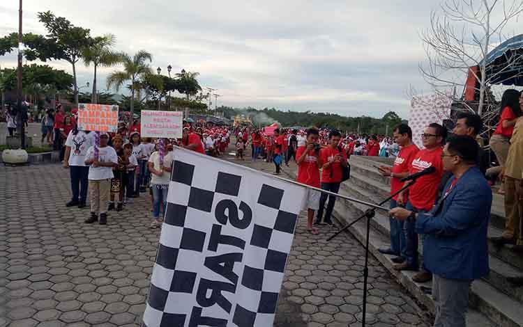Ketua Perwakilan Majelis Sinode GKE Kabupaten Gumas Rony Karlos melepas peserta Patade Natalyang dipusatkan di Taman Kota Kuala Kurun, Selasa (11/12/2018).