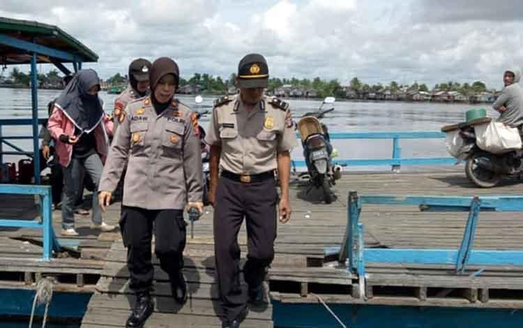 Jajaran Polsek Kapuas Hilir saat melakukan pengecekan fery penyebrangan pada Rabu (12/12/2018).