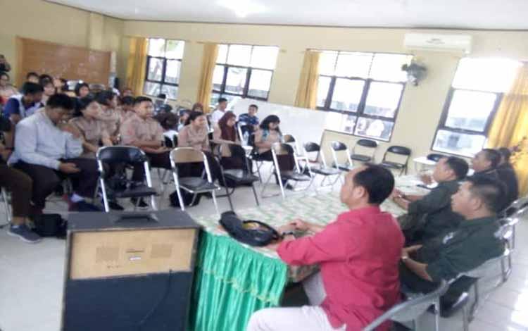 Para siswa dan siswi SMAN 2 Palangka Raya sedang mengikuti workshop jurnalistik yang diadakan IJTI Kalteng