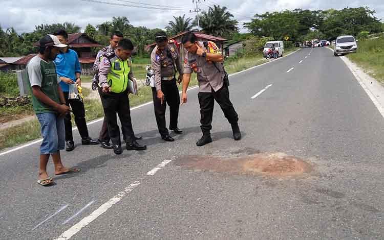 Polisi melakukan olah TKP di Jalan Tjilik Riwut Km 14 Palangka Raya, Jumat (14/12/2018)