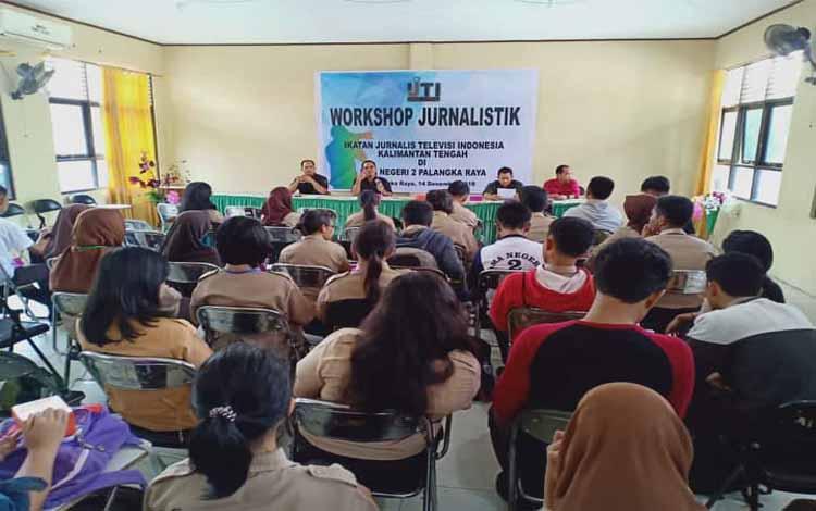 Para siswa dan siswi SMAN 2 Palangka Raya mengikuti worshop jurnalistik yang diadakan IJTI Kalteng, Jumat (14/12/2018)