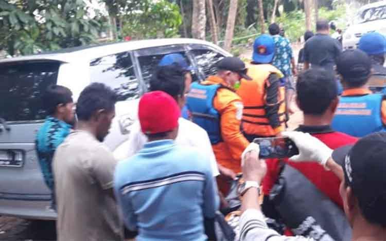 Tim pencari korban kelotok tenggelam di Sungai Arut, saat membawa jenazah korban yang berhasil ditemukan, Sabtu (15/12/2018)