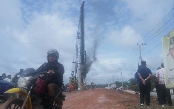 Proses pendirian tiang pancang pile slab di jalan Pangkalan Bun-Kolam.