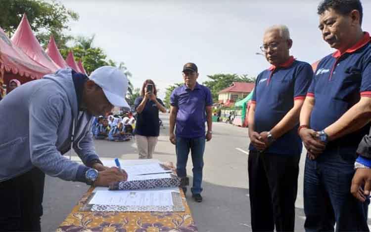 Bupati Kotim Supian Hadi saat menandatangani dokumen pada kegiatan Germas, beberapa waktu lalu.
