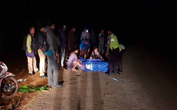 Anggota Satlantas Polres Barito Utara bersama warga mengamankan jasad korban Lamri alias Tejo