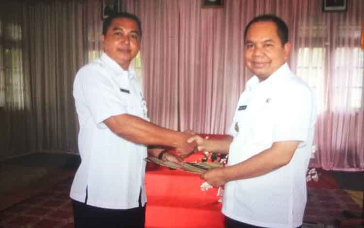 Bupati Kapuas, Ben Brahim S Bahat menyerahkan surat tugas kepada Plt Sekcam, Dodo di aula Kantor Kecamatan Kapuas Hulu, Rabu (19/12/2018)
