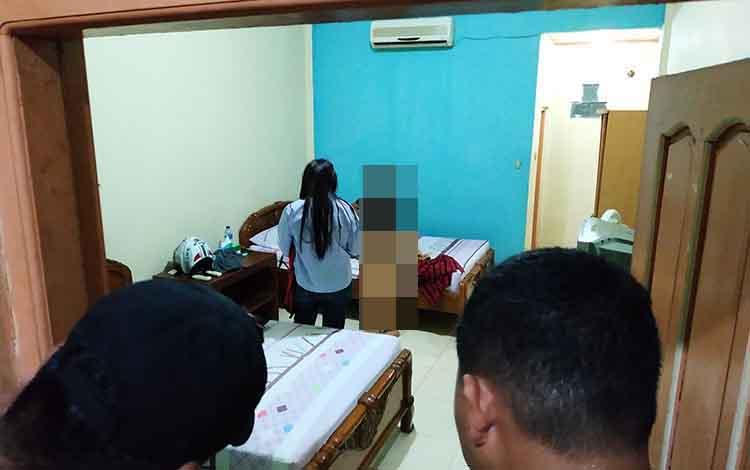 Oknum Kades beserta seorang janda saat didapati berduaan di salah satu penginapan di Kota Muara Teweh pada saat giat cipta kondisi yang dilaksanakan Polres Barito Utara.