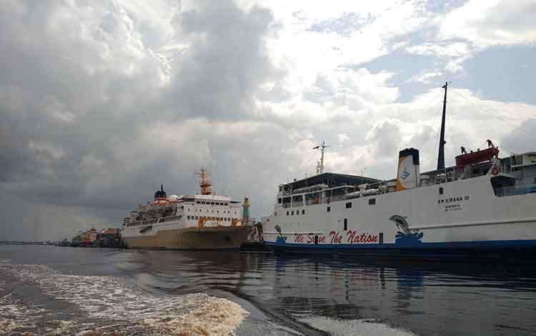 Dua buah kapal penumpang dan cargo saat bersandar di Pelabuhan Sampit.
