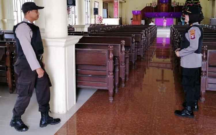 Kapolsek Kapuas Hilir Iptu Siti Rabiyatul Adawiyah didampingi anggotanya mengecek kondisi salah satu gereja, Senin (24/12/2018).