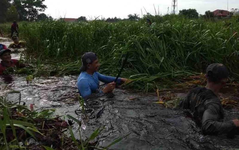 Bupati Kotim terjun ke sungai saat kegiatna bersih-bersih.