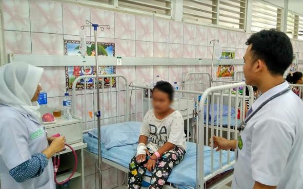 Petugas medis RSUD dr Doris Sylvanus saat mengontrol kondisi pasien anak penderita DBD, Minggu (30/12/2018).