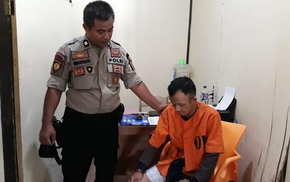 AS (kanan) tersangka pencuri spesialis barang bawaan jamaah masjid.