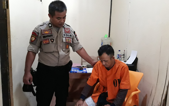 Agus Salim (kanan) tersangka pencuri spesialis barang bawaan jamaah masjid.