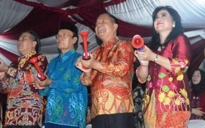 Bupati Kapuas, Ben Brahim S Bahat (dua dari kanan) merayakan malam tahun baru.