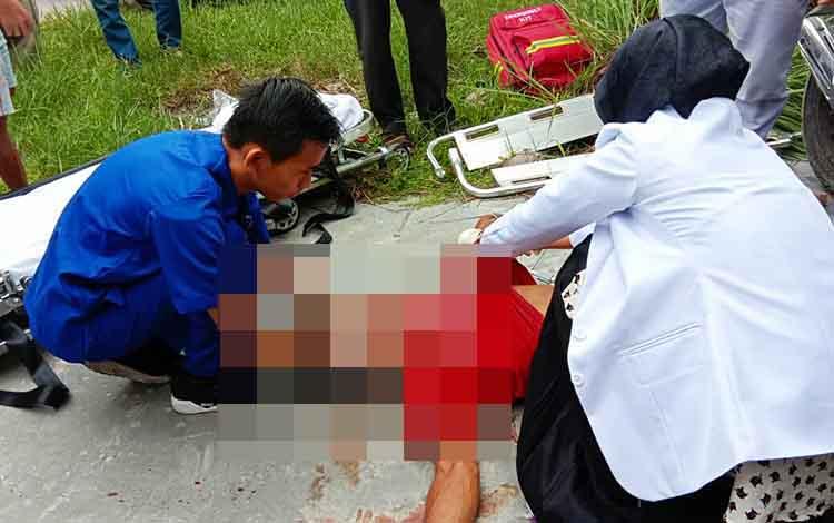 Korban yang tergeletak taksadarkan diri. Mendapat pertolongan pertama tim medis Rumah Sakit Siloam
