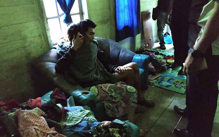 Pasangan suami istri, FXY dan LK, saat dtenangkan anggota Pores Barito Utara di kediaman mereka setelah terjadi keributan yang berujung perusakan, Senin (31/12/2018).