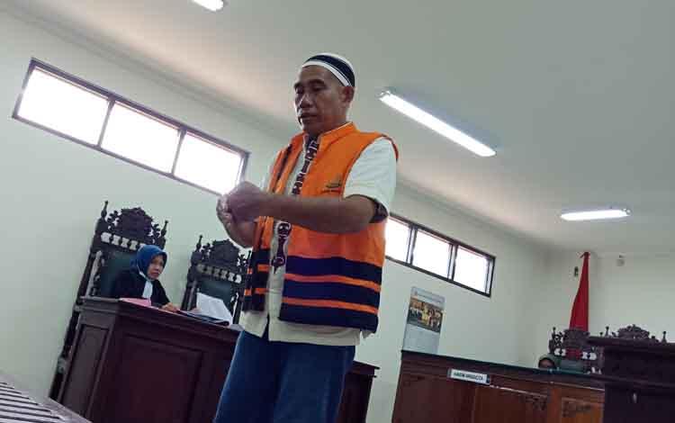 Akhmad Fadli alias Ali terdakwa pembunuhan saat memperagakan tindakannya.