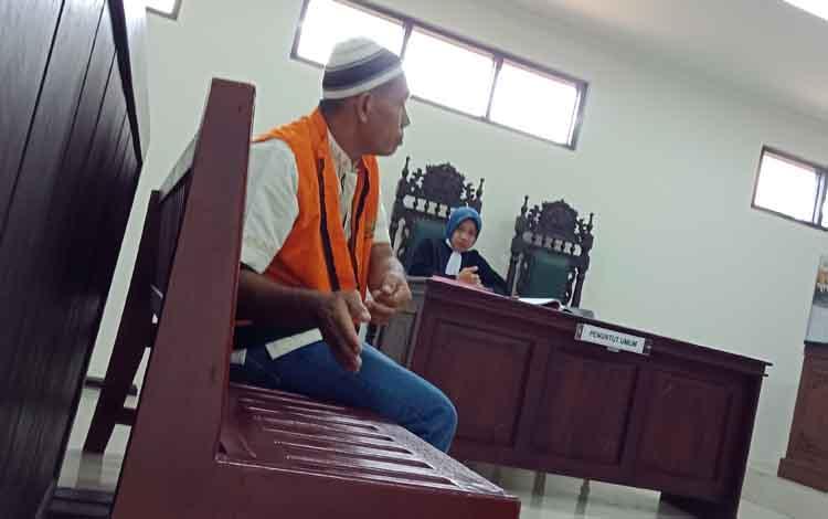 AF alias A terdakwa pembunuhan saat menjalani sidang.