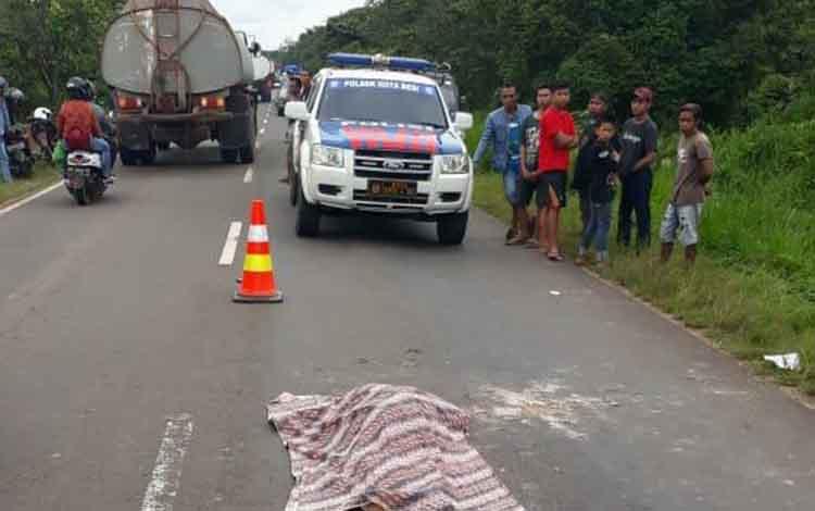 Jasad Sumiati tergeletak di badan jalan setelah terlindas mobil, Rabu (2/1/2019).