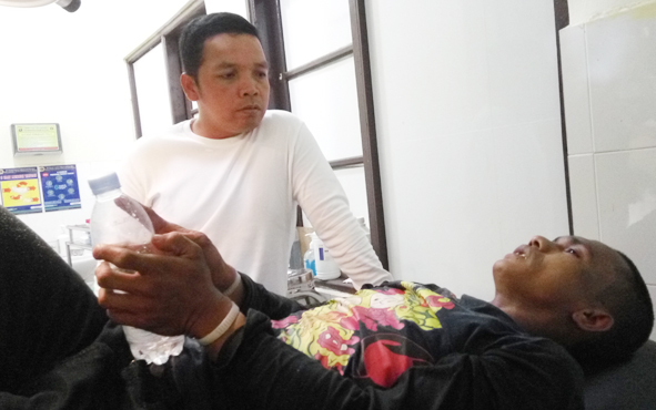 Kapolres Palangka Raya AKBP Timbul Rein Krisman Siregar meminta keterangan dari DR, pelaku curanmor, yang menjalani perawatan di RS Bhayangkara, Rabu (2/1/2019) malam.