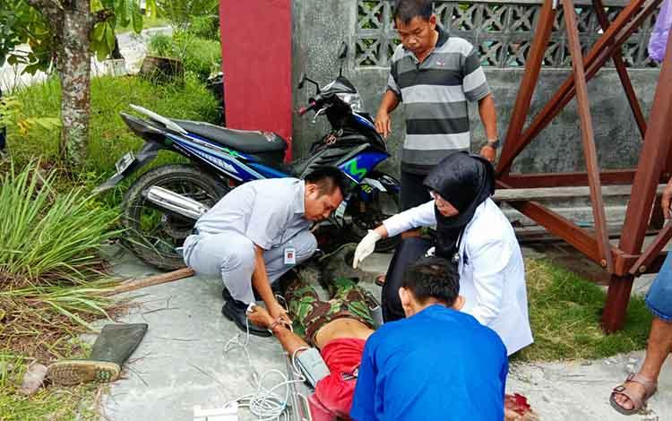 Petugas medis memberikan pertolongan pertama pada korban kecelakaan di Jalan Temanggung Amai Ramang, Kota Palangka Raya, Rabu 2/1/2019).