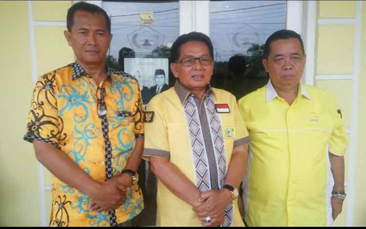 Ketua DPD Partai Golkar Provinsi Kalteng H.M Ruslan AS bersama Ketua DPD Golkar Kabupaten Kobar Wisman (kanan) dan Sekretaris DPD Partai Golkar Kabupaten Kobar Arief Asrofi (kiri)