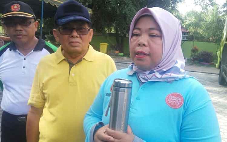Bupati Kobar Nurhidayah dengan botol minuman tumbler yang seringkali dibawanya dalam setiap acara.