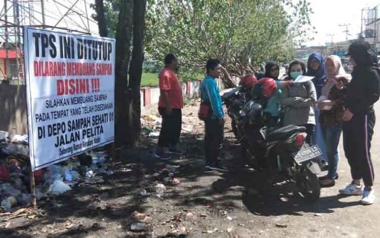 Kelurahan Mentawa Baru Hilir saat memasang spanduk larangan membuang sampah di TPS Jalan Suprapto - Pelita Timur.