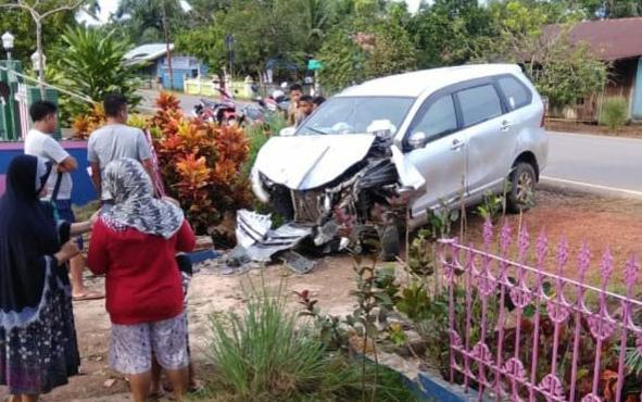 Sebuah mobil Toyota Avanza rusak parah setelah menabrak pagar rumah warga di Jalan Tjilik Riwut, Km 34, Desa Cemapak Mulia Barat, Kecamatan Cempaga, Kabupaten Kotim, Sabtu (5/1/2019).