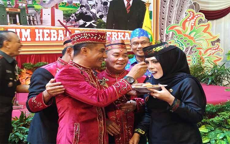 Bupati Kotim Supian Hadi saat menyuapi Wakil Bupati Seruyan Iswanti pada HUT Kotim ke-66 tahun