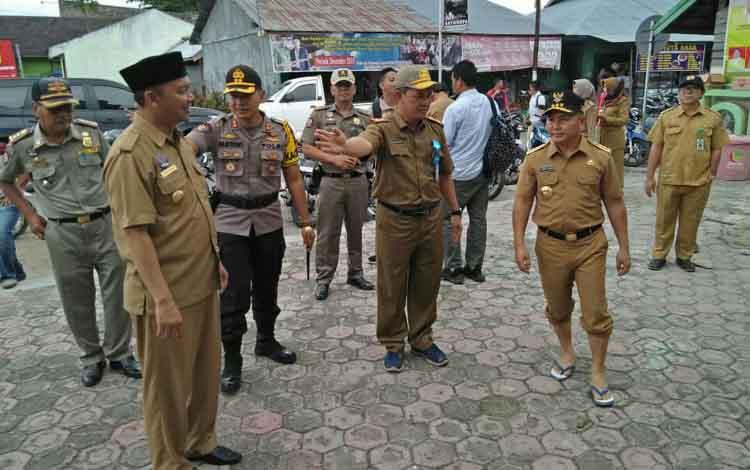 Guburnur Kalimantan Tengah (Kalten), Sugianto Sabran dan Bupati Sukamara, Windu Subagio berada di halaman masjid Al-Aqsa.