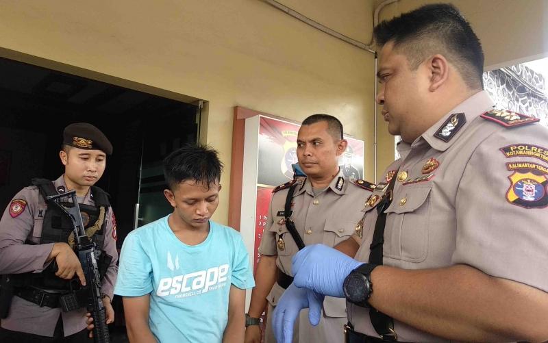 Kapolres Kotim, AKBP Mohammad Rommel menginterogasi tersangka kasus sabu.