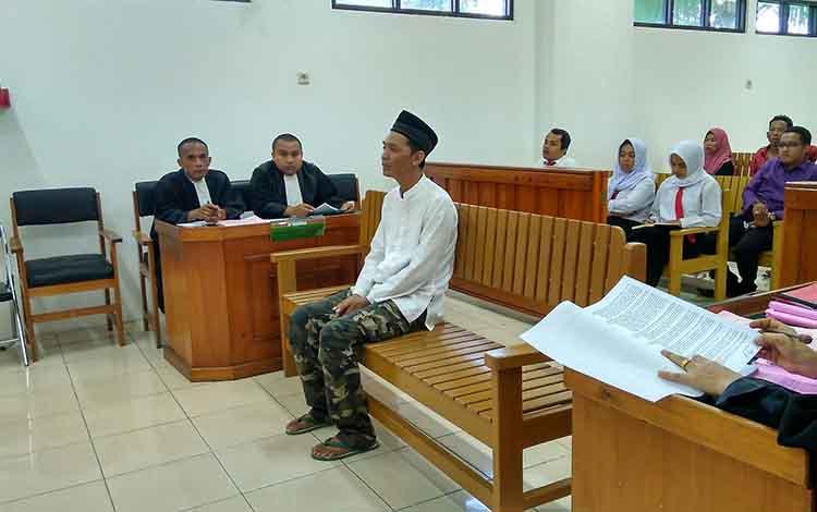 Terdakwa Riza Fahlefi, disidang di Pengadilan Negeri Palangka Raya, Selasa (8/1/2019).