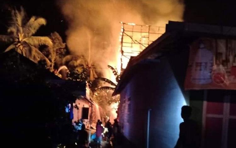 Dua rumah dan satu gedung walet di Tumbang Samba Katingan ludes terbakar dinihari tadi.