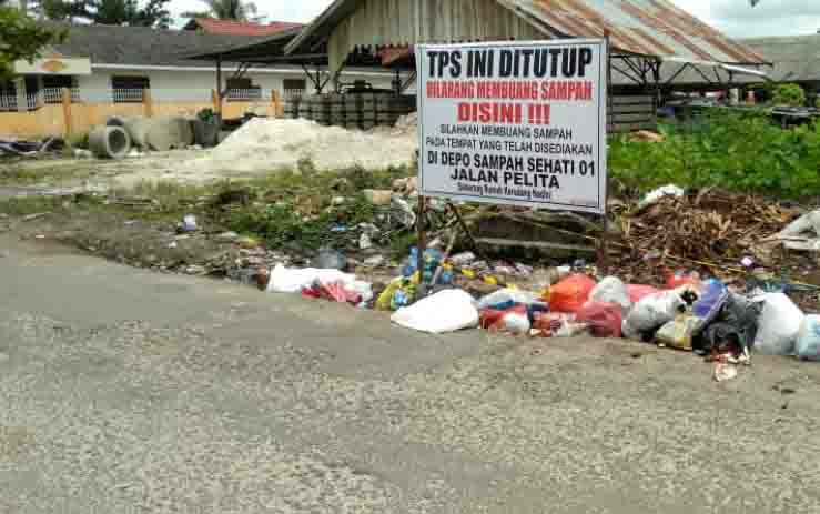 Spanduk larangan membuang sampah.