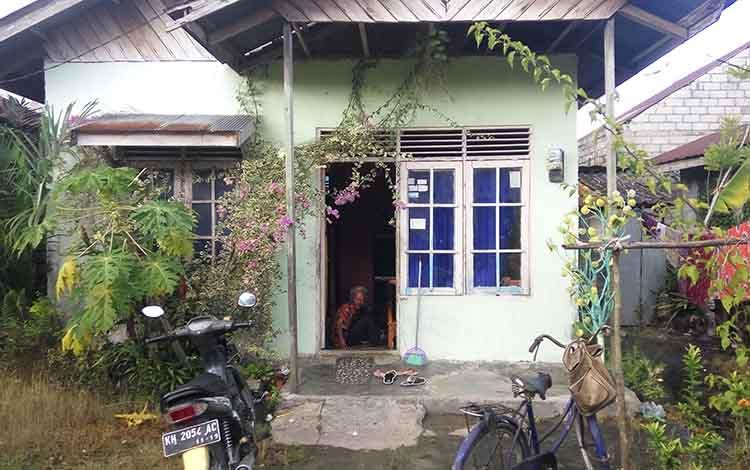 Di rumah kontrakan inilah Titi Wati tinggal. Pintu dan jendela rumah kontrakan tersebut bakal dijebol saat proses evakuasi menuju rumah sakit.