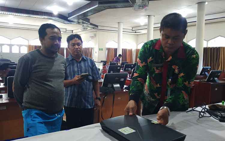 Kepala Badan Kepegawaian Daerah (BKD) Kotim Alang Arianto saat memasang segel server tes CPNS beberapa waktu lalu.