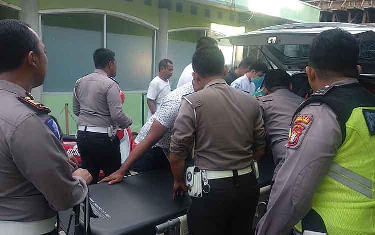 Angota Polres Kotim mengevakuasi korban kecelakan yang tiba RSUD dr Murjani Sampit.