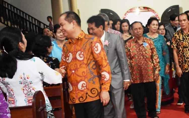 Bupati Kapuas Ben Brahim S Bahat menyapa jemaat di Gereja Sinta Kuala Kapuas.