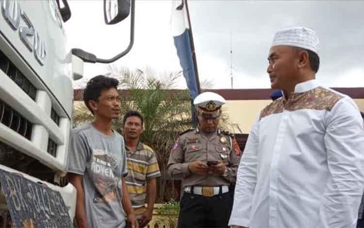Gubernur Kalteng Sugianto Sabran saat mengecek penertiban kendaraan angkutan plat non KH.