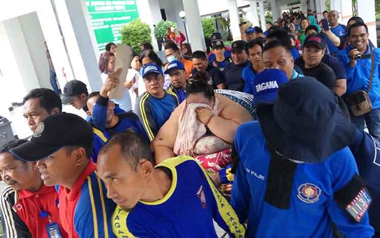 Titi Wati saat dievakuasi ke RSUD dr Dosis Sylvanus Palangka Raya, Jumat (11/1/2019).