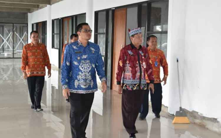 Wakil Bupati Gumas Rony Karlos (kanan) meninjau gedung Cristian Center di Kota Kuala Kurun, Kamis (11/1/2019).