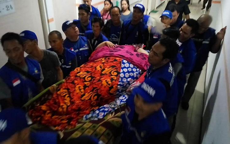 Titi Wati saat dibawa ke ruang Radiologi RSUD Doris Sylvanus, Palangka Raya