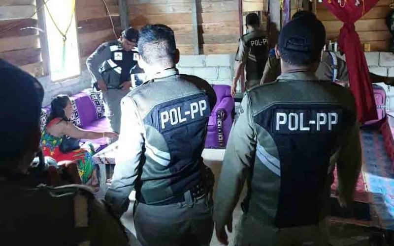 Satpol PP Sukamara saat merazia salah satu lokasi prostitusi.