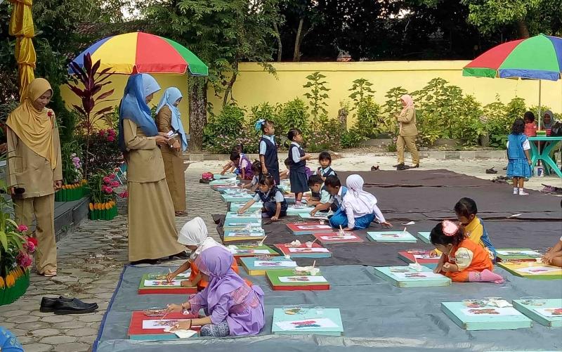Aktivitas murid TK di Sukamara.