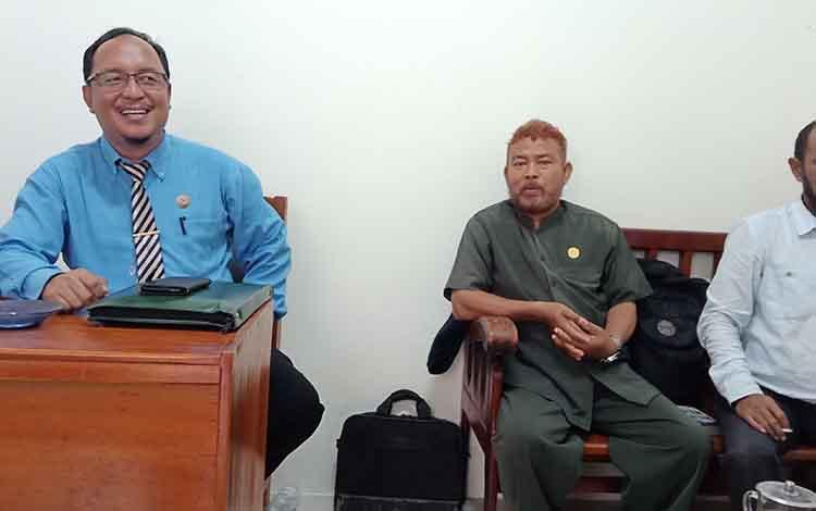 Advokat di Kalteng, Mahdianur (kiri) dan rekan.