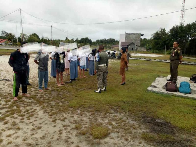 Belasan pelajar diamankan anggota Satpol PP Gunung Mas, Senin (14/1/2019).