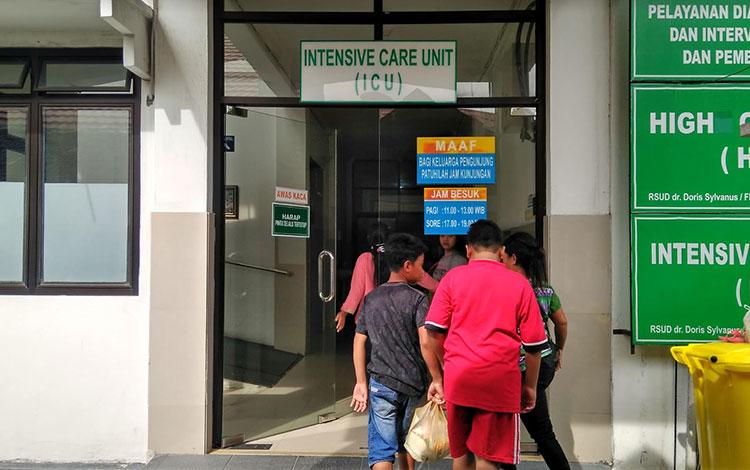 Keluarga Titi Wati memasuki ruang ICU.