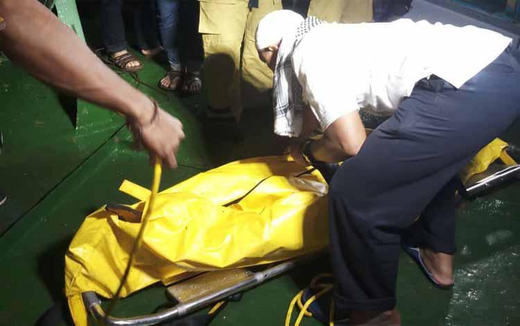 Proses evakuasi jasad korban dari dalam kapal
