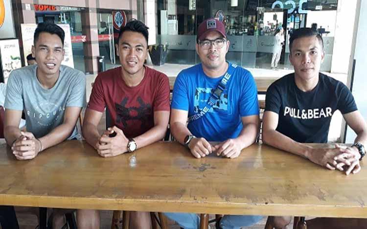 Mantan Manajer Kalteng Putra Tomi Irawan (dua dari kanan) foto bersama pemain Kalteng Putra, Dadang (kanan), Rizky (kaos merah mantan pemain Madura United) dan Ridho (penjaga gawang)